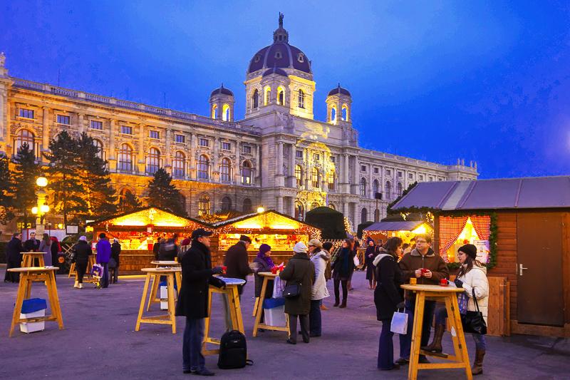 Der Adventmarkt am Maria-Theresien-Platz in Wien bietet eine unschlagbare Kulisse zwischen Hofburg, Ringstraße und Kunst- und Naturhistorischem Museum, Österreich