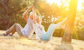 Glückliches Paar Senioren hat gemeinsam Spaß im Sommer